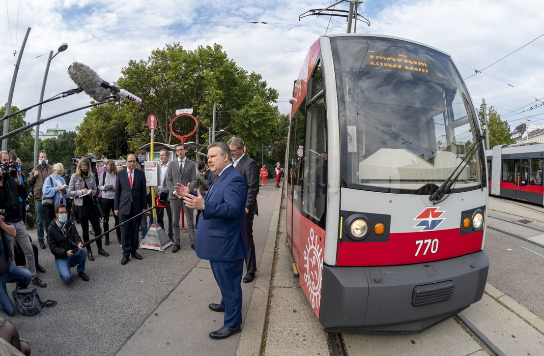 Coronavirus, a Vienna il vaccino anti influenzale si fa in tram