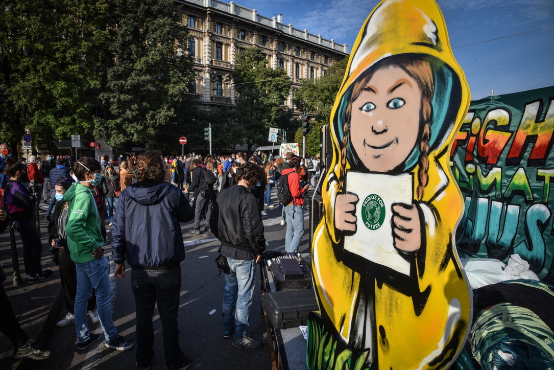 """FridaysFor Future, i giovani attivisti tornano in piazza: """"La crisi climatica non si è fermata"""""""