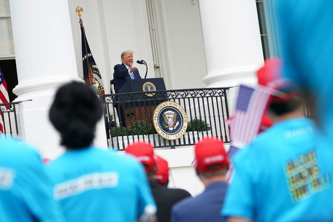 Trump parla alla Casa Bianca, folla senza mascherina
