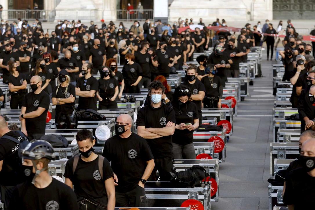 Protesta dei lavoratori dello spettacolo: 500 bauli in Piazza Duomo
