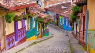 I villaggi di tutto il mondo in cui tuffarsi nei colori