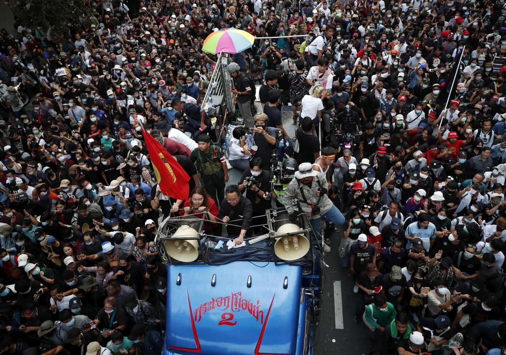 Thailandia, centinaia in piazza contro il governo e la monarchia