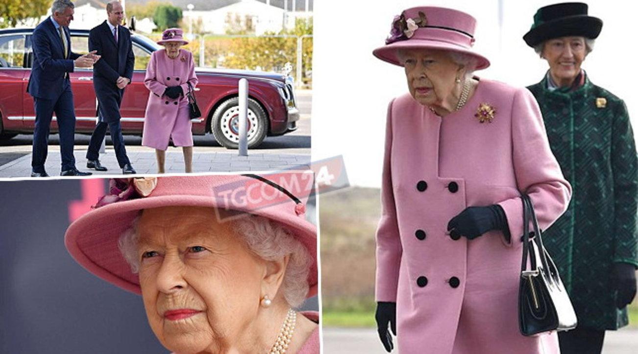 La Regina Elisabetta torna a farsi vedere in pubblico… ma senza mascherina!