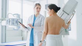 """""""Mese internazionale per la prevenzione del tumore al seno"""", la torre Mediaset si tinge di rosa"""