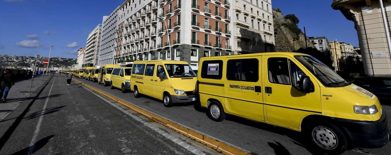 Napoli, le mamme e gli autisti di bus protestano contro la chiusura delle scuole
