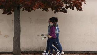 Parigi, prof decapitato: studenti lasciano fiori in ricordo
