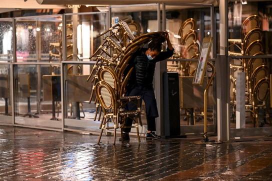A Parigi scatta il coprifuoco da coronavirus: strade vuote dalle 21