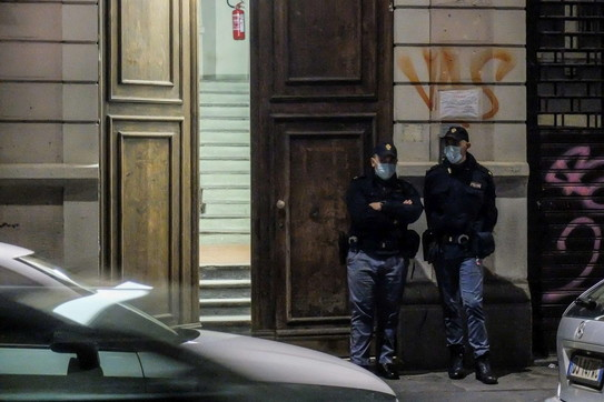 Milano, marito e moglie trovati morti in casa