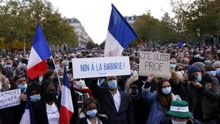 Francia, professore decapitato: in migliaia in piazza per rendergli omaggio