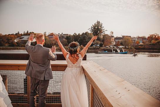 Coronavirus, coppia si sposa al confine tra Stati Uniti e Canadaper permettere ai parenti di entrambi i Paesi di partecipare