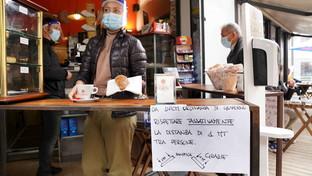 Nuovo dpcm a Milano, i bar appendono i cartelli per la gestione dei clienti