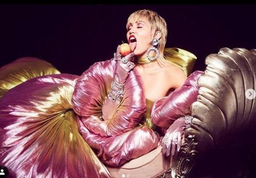 Miley Cyrus, nudità e trasparenze intriganti