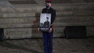 Parigi, l'omaggio commosso di Macron al professore ucciso dagli islamici