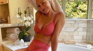 Melanie Griffith incanta i fan a 63 anni: fisico perfetto e... qualcosa da dire