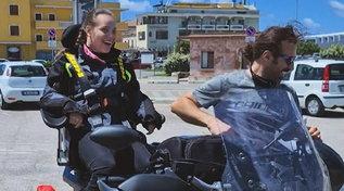 Dalla sedia a rotelle alla moto: Marika realizza il suo sogno grazie a due speciali motociclisti