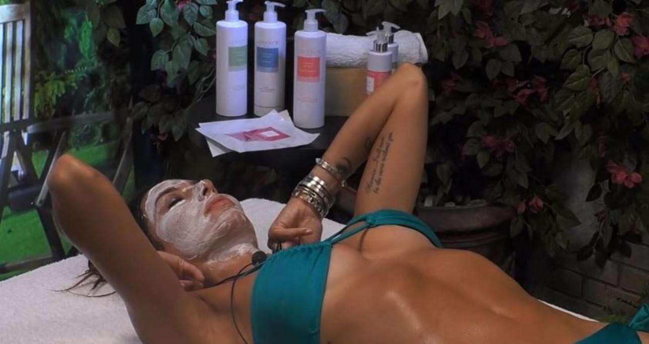 Elisabetta e Dayane sensuali sul lettino da massaggio