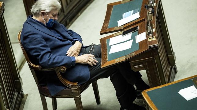 Vittorio Sgarbi dorme durante il discorso di Conte sulla nuova stretta anti-Covid