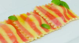 Ravioli di sfoglia alla barbabietola e zenzero con ripieno di speck e formaggi