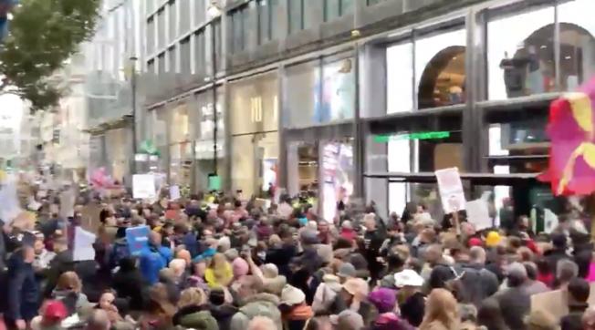 A Londra maxi protesta anti restrizioni: in migliaia senza mascherina, arresti