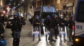 Roma, protesta contro le misure anti-Covid: disordini, cassonetti in fiamme e diversi fermi