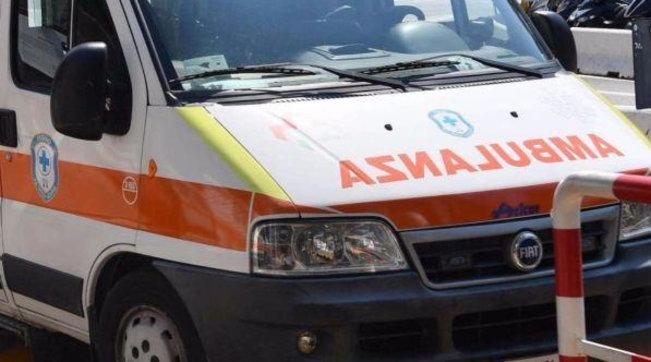Genova, in auto travolge ragazzi in piazza: due giovani gravissime