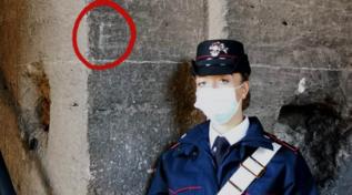 Nuovo sfregio al Colosseo, incide le iniziali: denunciata una turista tedesca 14enne