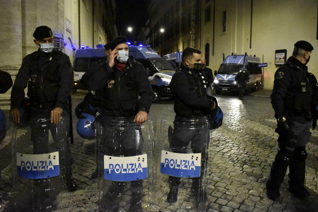 Scontri contro il coprifuoco: quattro arrestati e quattrodenunciati a Roma