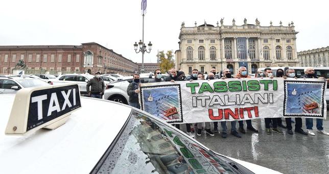 """Covid, a Torino i taxisti in protesta: """"Arrivate solo briciole"""""""