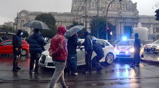 Milano, tassisti bloccano auto a stazione Centrale: momenti di tensione