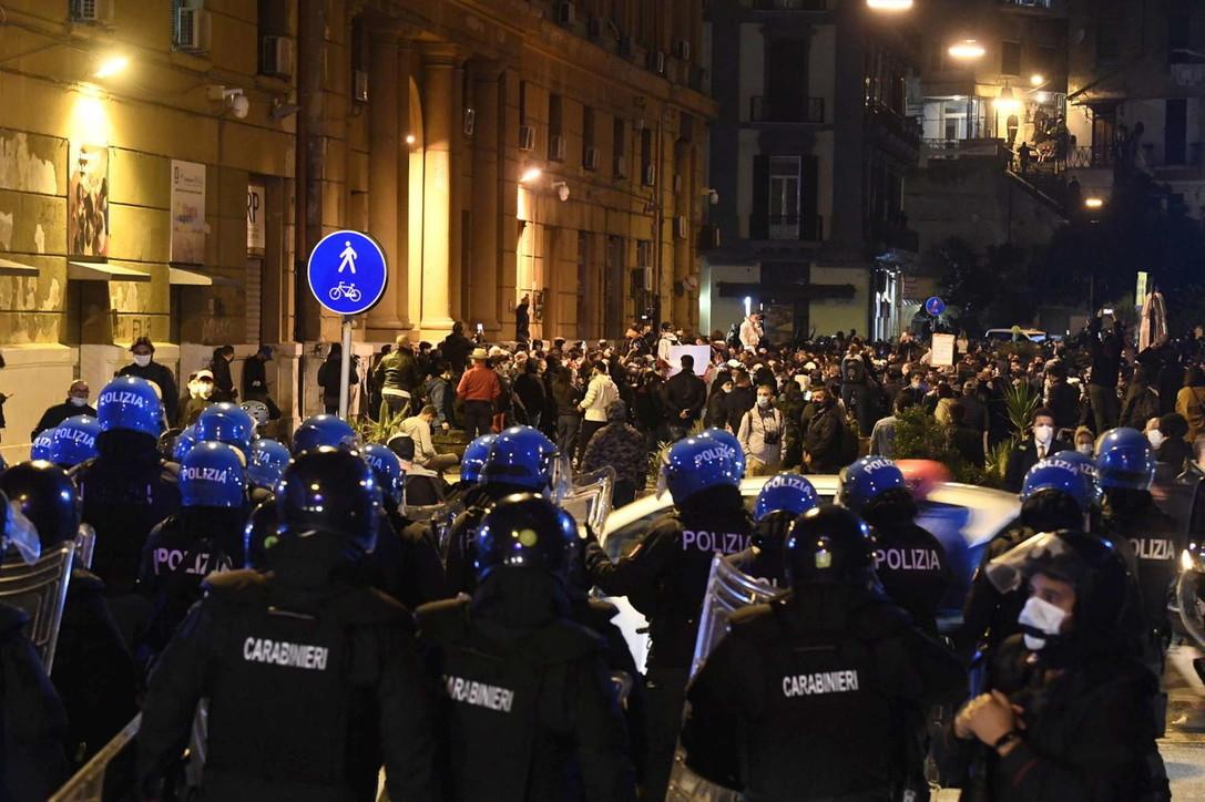 Napoli, in centinaia protestano in piazza Plebiscito: polizia sorveglia