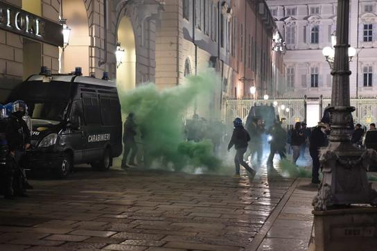 Covid,manifestazioni contro le nuove restrizioni: guerriglia a Torino
