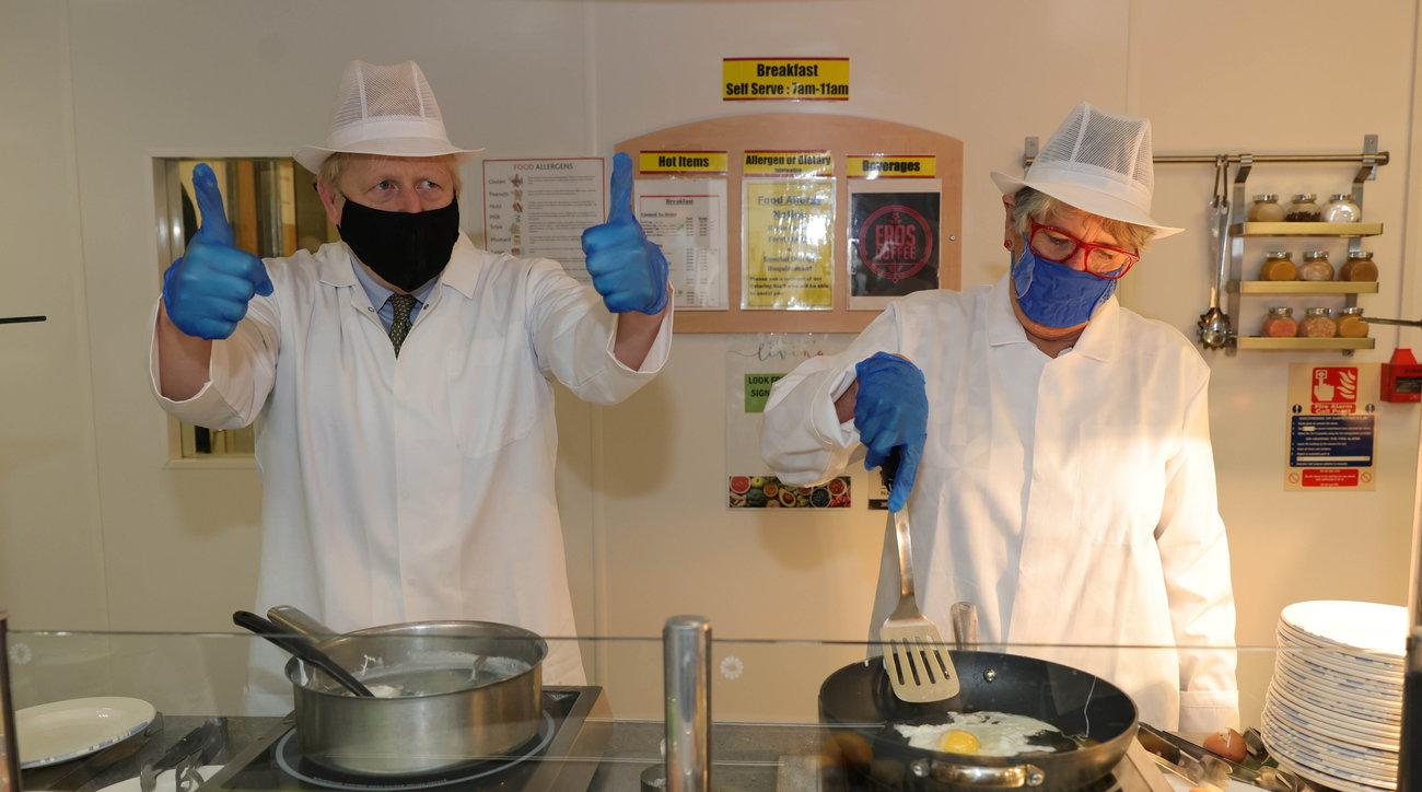 """Covid, Gb: Johnson """"chef d'eccezione"""" in un ospedale di Reading"""