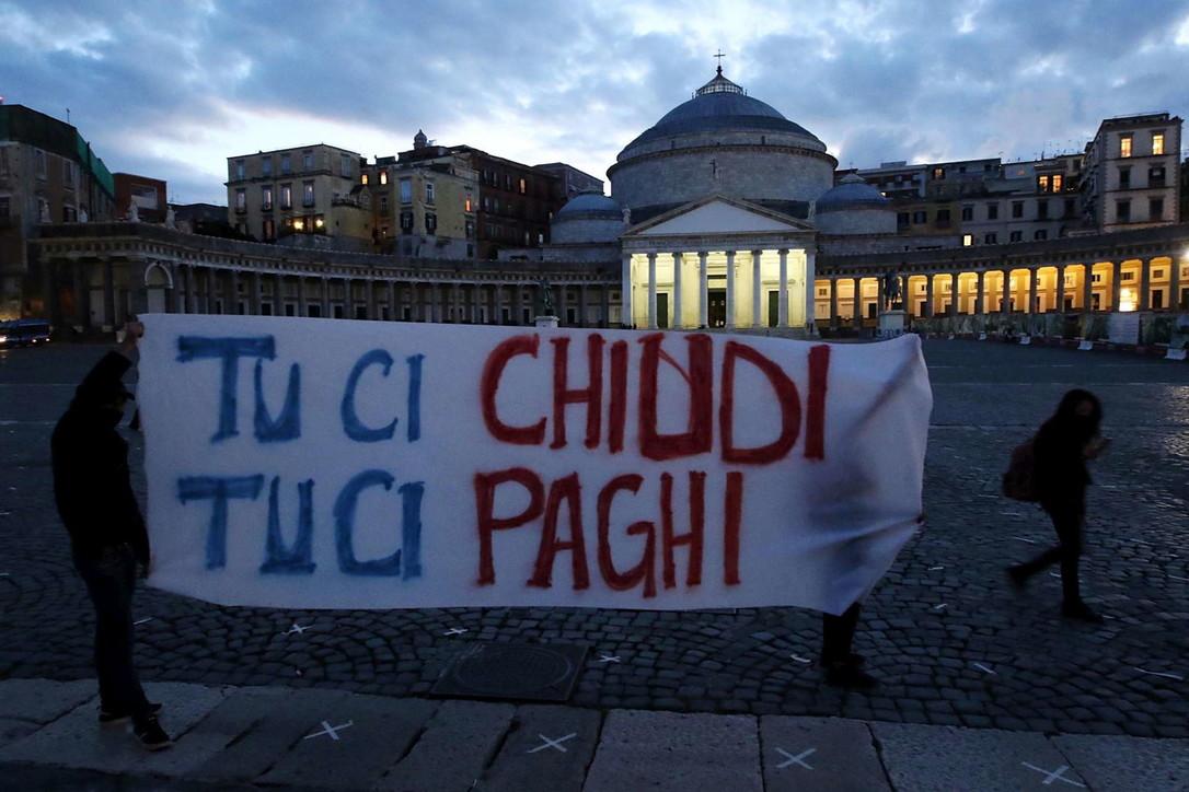 Napoli, non solo devastazioni: in piazza anche la protesta pacifica