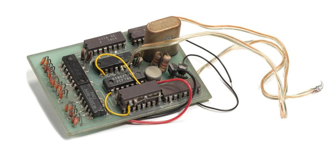 All'asta un'invenzione di Steve Jobs e Steve Wozniak del 1972: un dispositivo per hackerare i telefoni ed effettuare chiamate gratis
