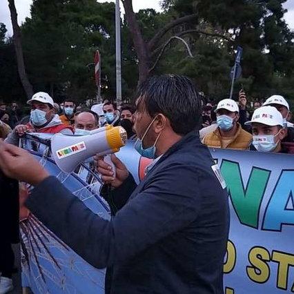 Proteste Covid, bombe carta a Palermo: ferito operatore Mediaset | Trambusto a Genova e Verona