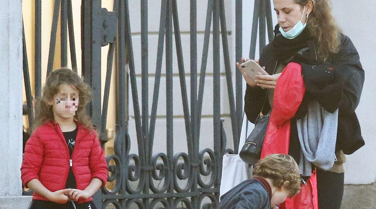 Francesca Versace con i figli Ayla e Santo al rientro da scuola