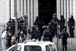 Attacco a Nizza, la polizia scientifica sul luogo della strage