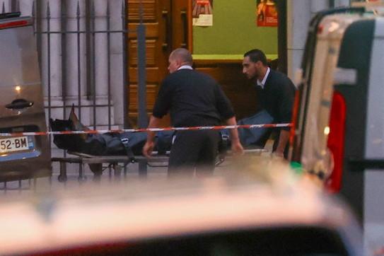 Attentato a Nizza, i cadaveri portati via dopo ore di rilievi