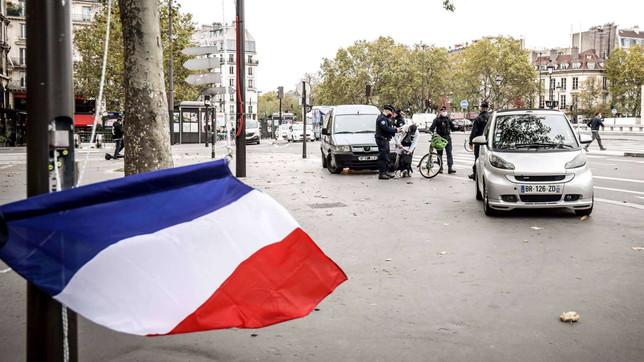 Coronavirus, primo giorno di lockdown a Parigi (ma molti sono già scappati)