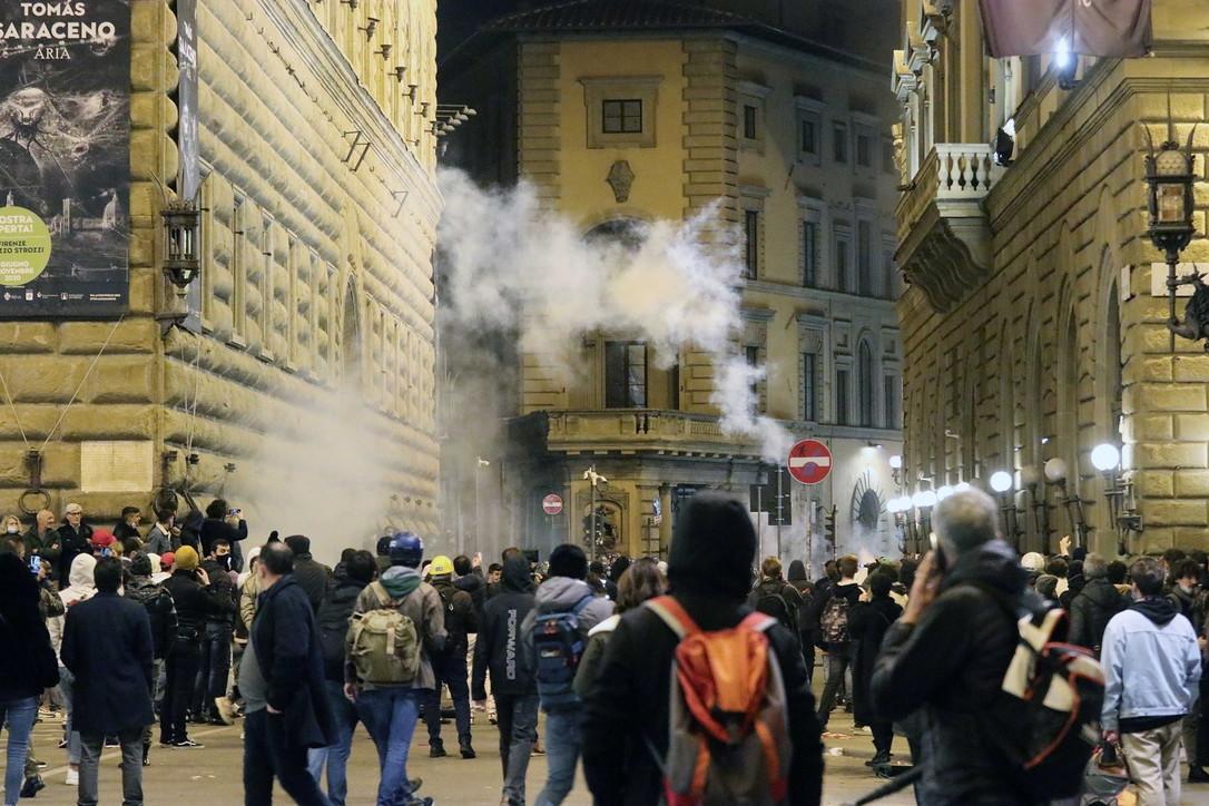 Manifestazione contro il lockdown: notte di guerriglia a Firenze