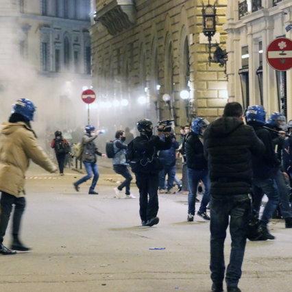 Manifestazione non autorizzata a Firenze, molotov contro la polizia: 4 arresti e 24 denunciati