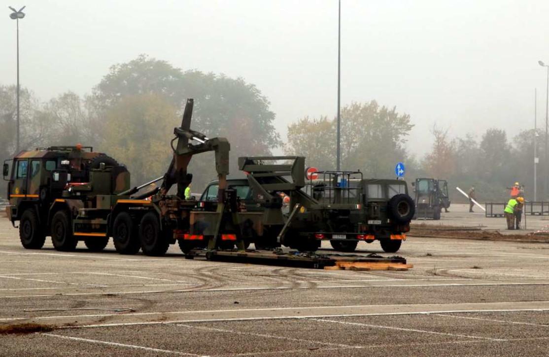 Milano, i militari allestiscono un campo per gestire l'emergenza Covid