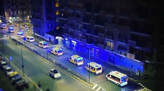 Coronavirus, ospedali sotto pressione per la seconda ondata: lunghe file di ambulanze da Nord a Sud