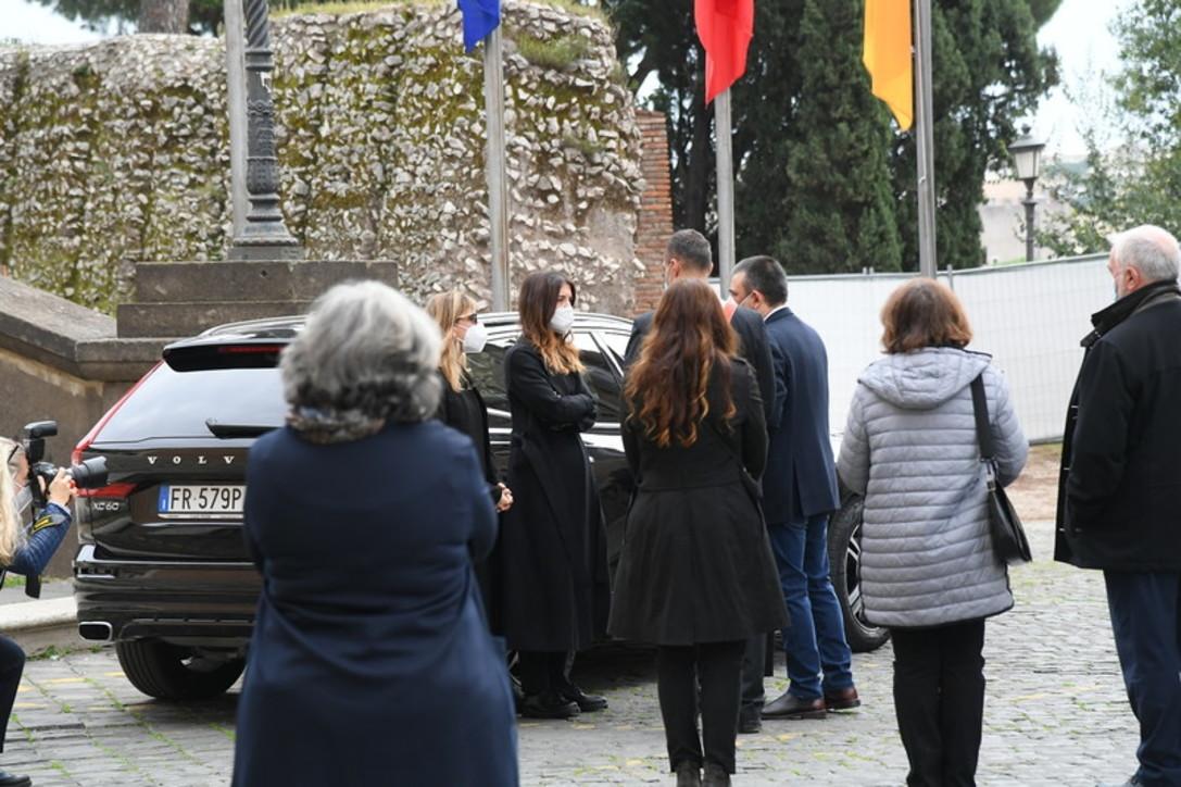 L'ultimo saluto a Gigi Proietti: un corteo nella sua Roma, tra applausi e ricordi commossi