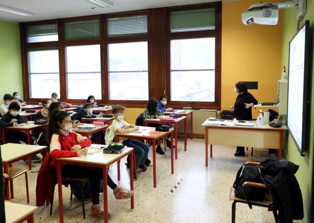 Scuola a mezzo servizio nelle Regioni rosse: i piccoli vanno in classe, per gli altri lezioni a distanza