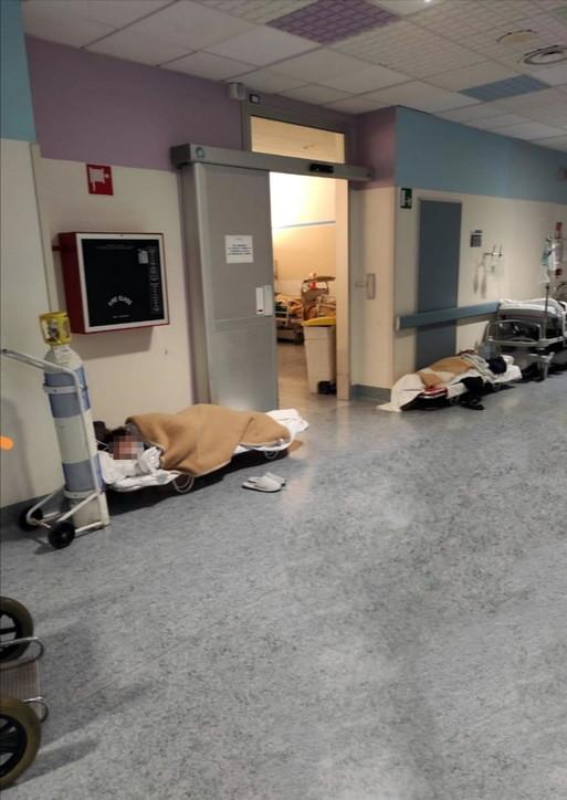 Torino,troppi ricoveri: pazienti sulle barelle da campo nell'ospedale di Rivoli