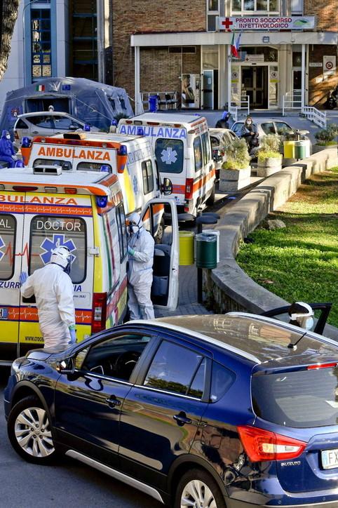 Napoli, ambulanze e auto in coda davanti all'ospedale Cotugno