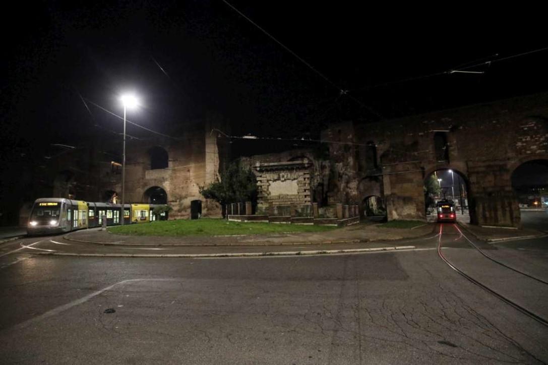 Lockdown, le città tra controlli di polizia e strade deserte