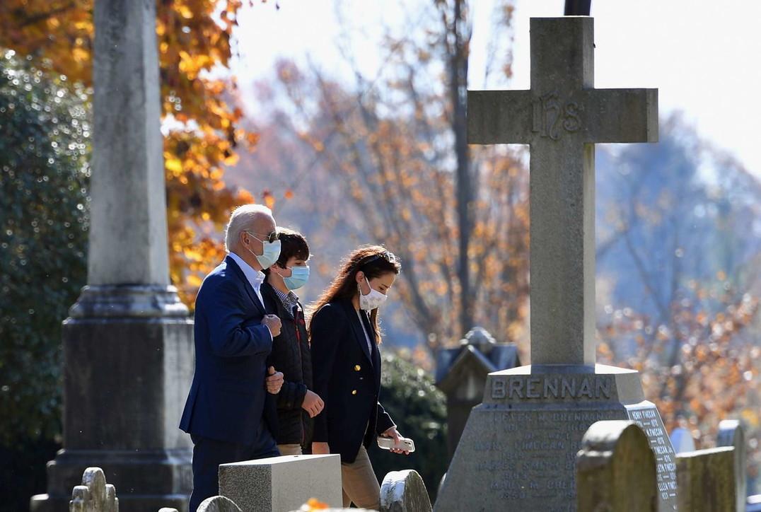 Usa, Joe Bidenper la prima volta da presidente sulla tombedella prima moglie e deiduefigli