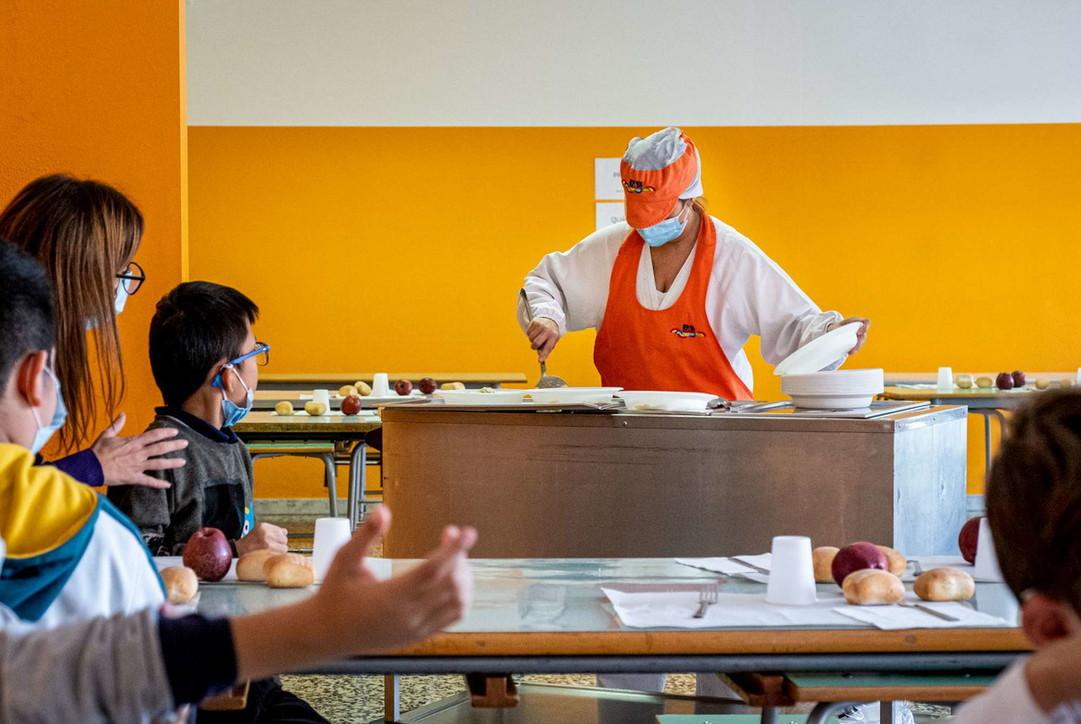 Milano, bimbi alle elementari con le mascherine anche al banco